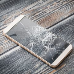 No more smartphones screwed up with this ultra-resistant miracle glass !