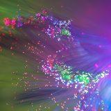 Des scientifiques développent une méthode ultra rapide pour suivre le mouvement de la lumière et les électrons en surface nanostructurée