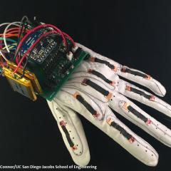 Des gants capables de traduire instantanément le langage des signes