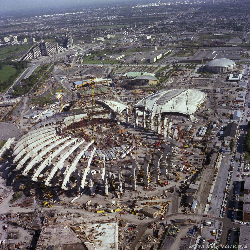 Photographie aérienne des installations olympiques en construction, vues du sud-ouest.