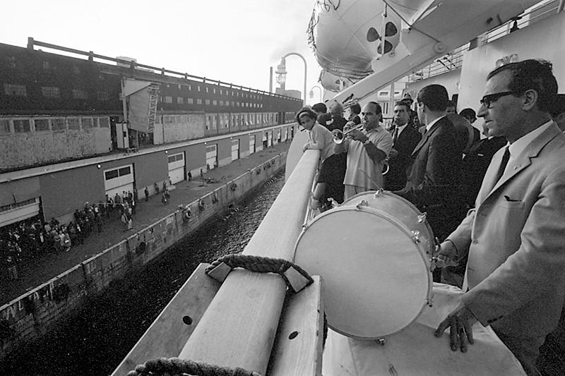 Le quai 21 du port de Halifax, vu du pont d'un navire.