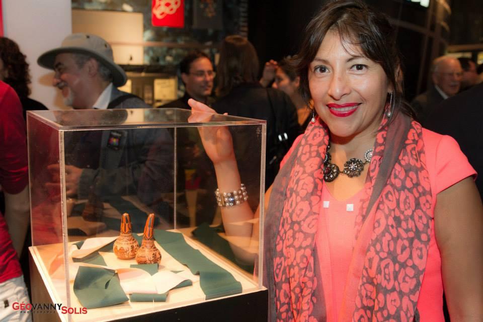 Exposition de LatinArte au Centre d'histoire de Montréal. Une femme se tient à côté d'une vitrine.