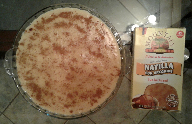 Photo couleur montrant un plat contenant de la natilla et une boîte de préparation.