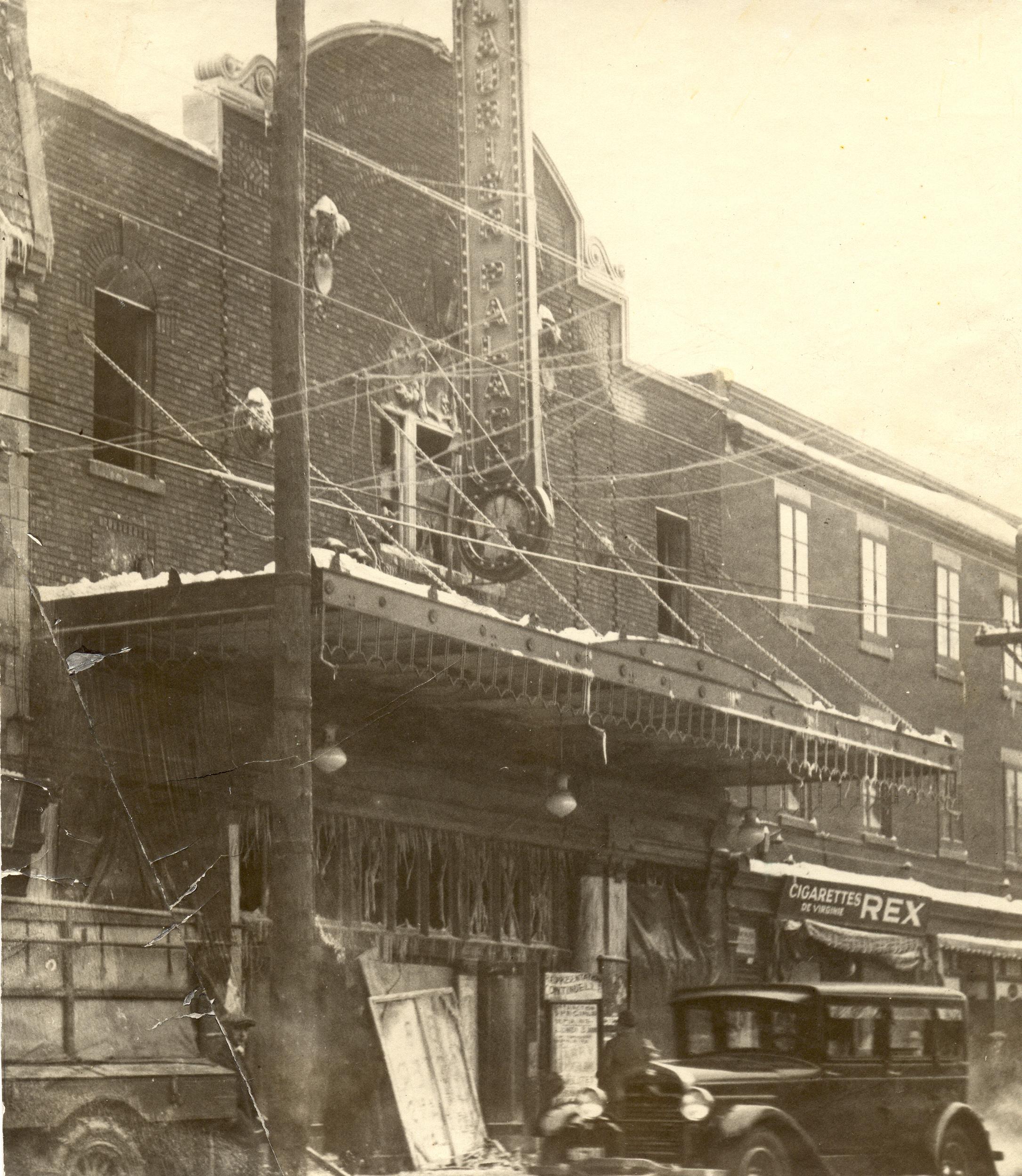Façade brûlée du Laurier Palace au lendemain de l'incendie