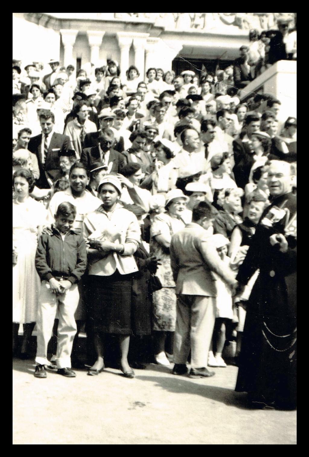 . Frantz Voltaire, directeur du CIDIHCA, avec les membres de sa famille à l'Oratoire Saint-Joseph en 1958