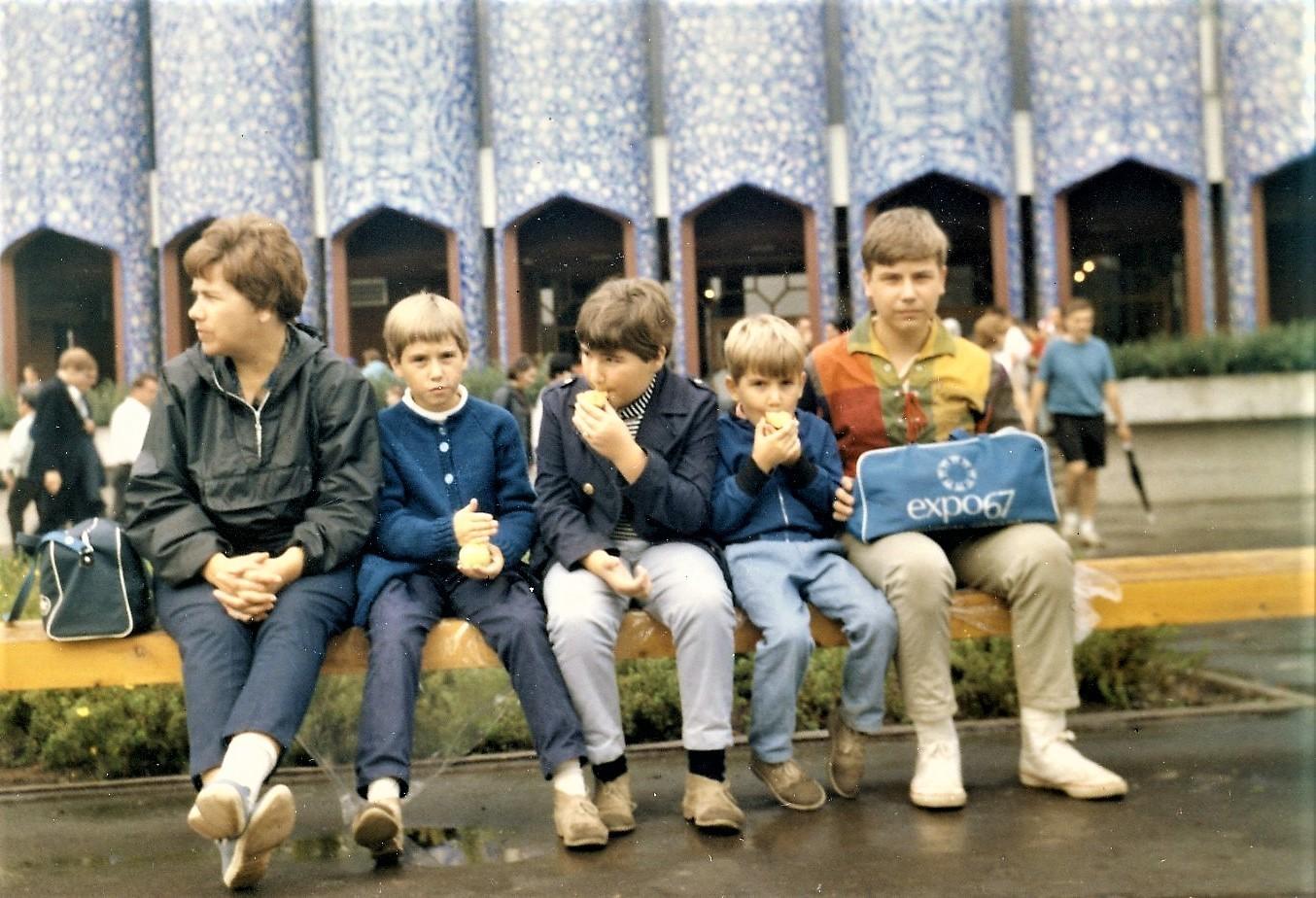 Jean Huard et sa famille devant le pavillon de l'Iran en août 1967.