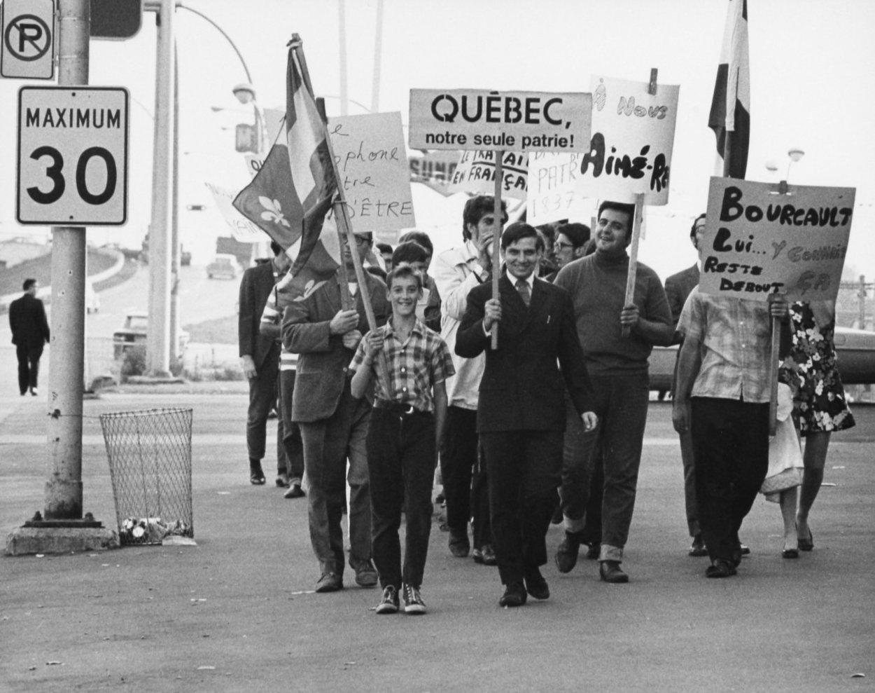 Manifestants tenant des pancartes à Saint-Léonard