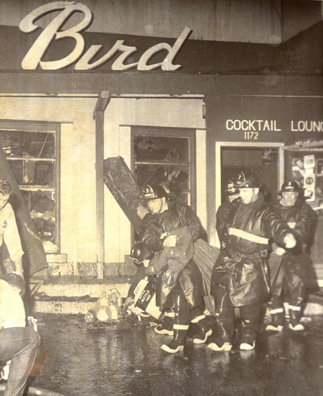 Pompiers au travail devant le Blue Bird
