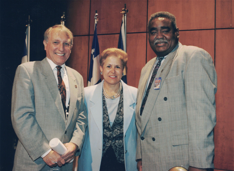De gauche à droite : Gérard Le Chêne président de Vues d'Afrique, la ministre Louise Harel, Ousseynou Diop vice-président de Vues d'Afrique