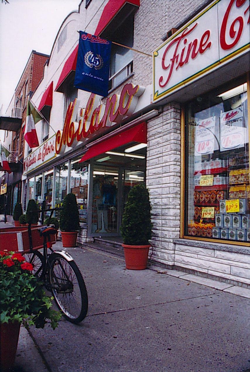 Devanture de l'épicerie Milano sur le boulevard Saint-Laurent.