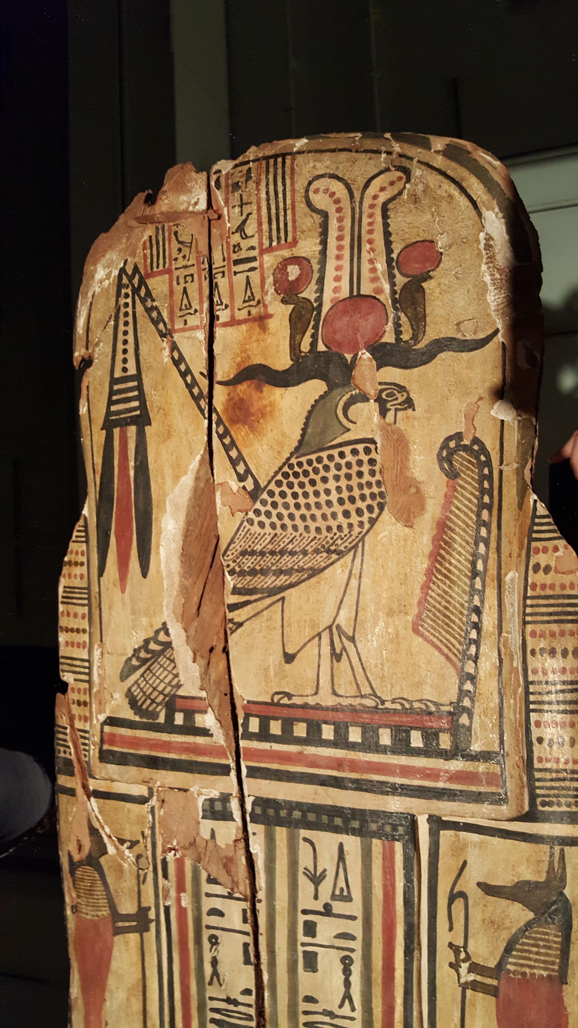 Représentation au dos du sarcophage d'Hetep-Bastet du dieu Ptah-Sokar-Osiris sous la forme d'un faucon.