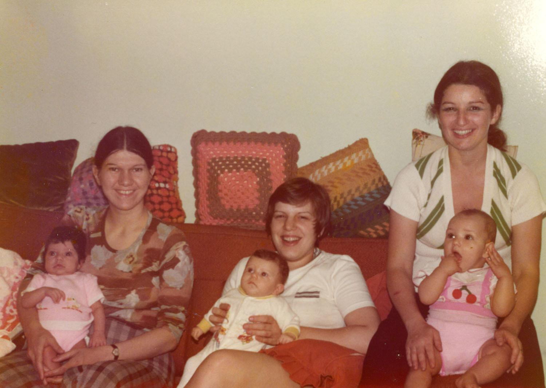 Trois jeunes femmes avec leur bébé