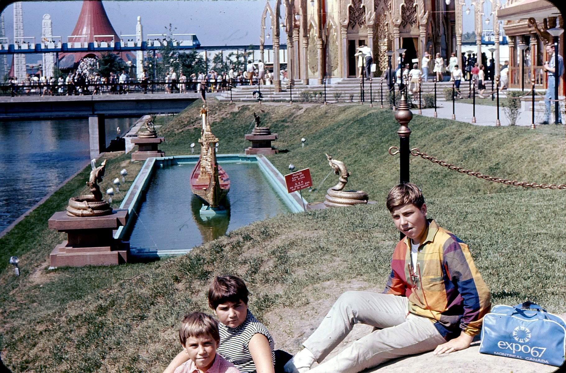 Jean Huard et deux de ses frères et soeurs devant la pavillon de la Thaïlande