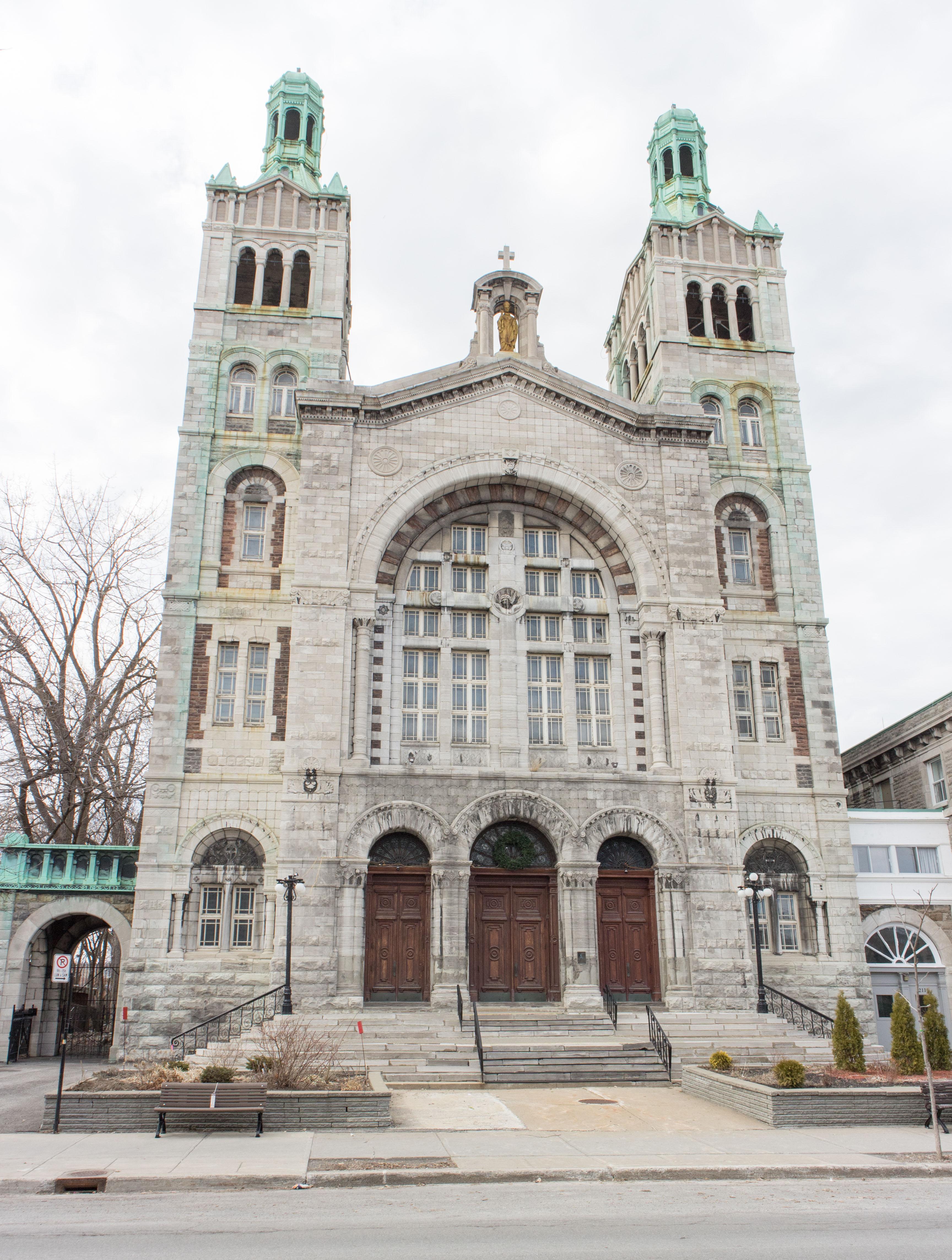 Photo couleur de la façade de l'église Saint-Charles