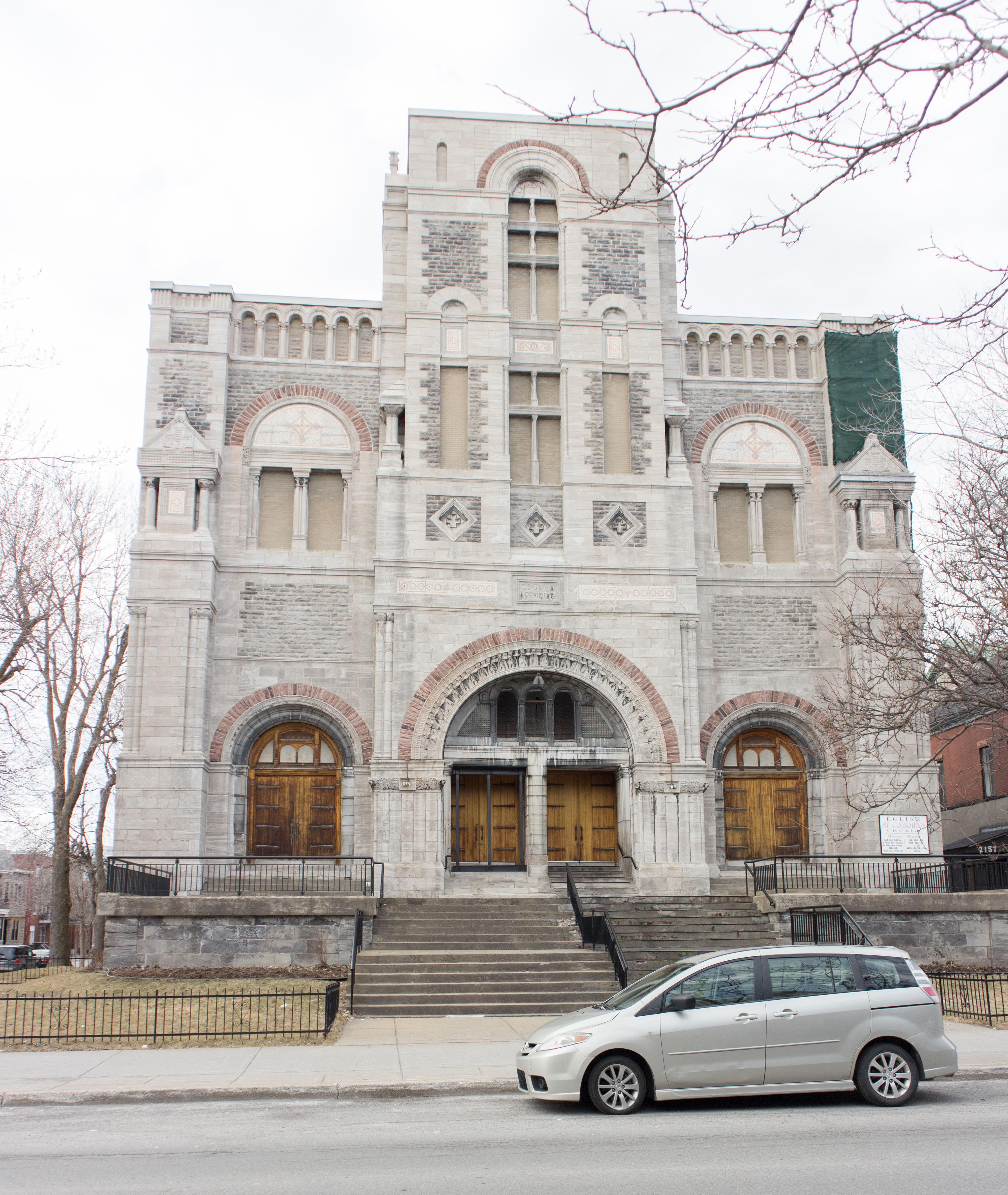 Photo couleur de la façade de l'église Saint-Gabriel