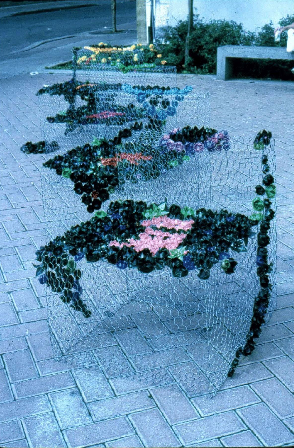 Œuvre artistique sur une place publique.