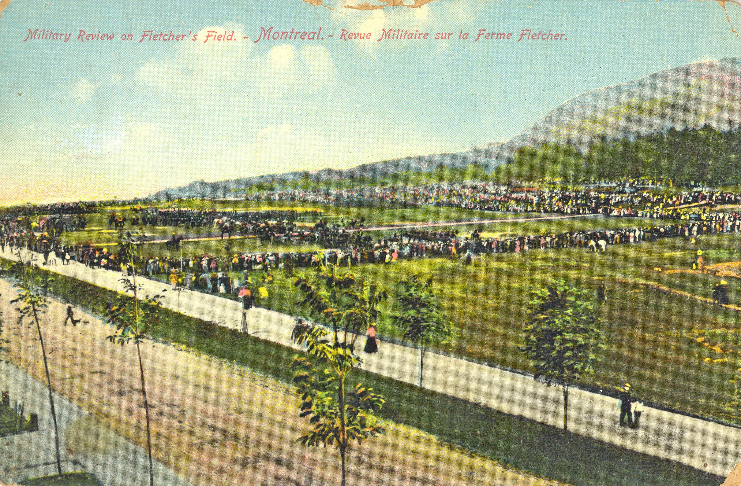 Carte postale montrant une revue militaire sur la ferme Fletcher.