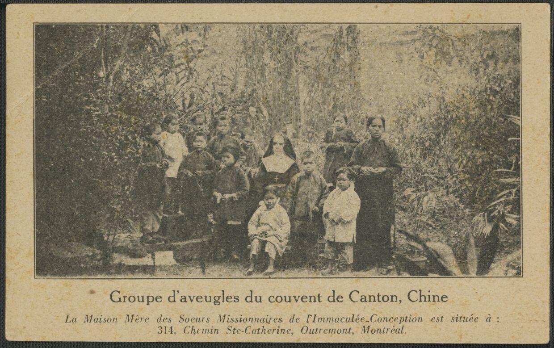 Groupe de religieuses et d'enfants aveugles à Canton.