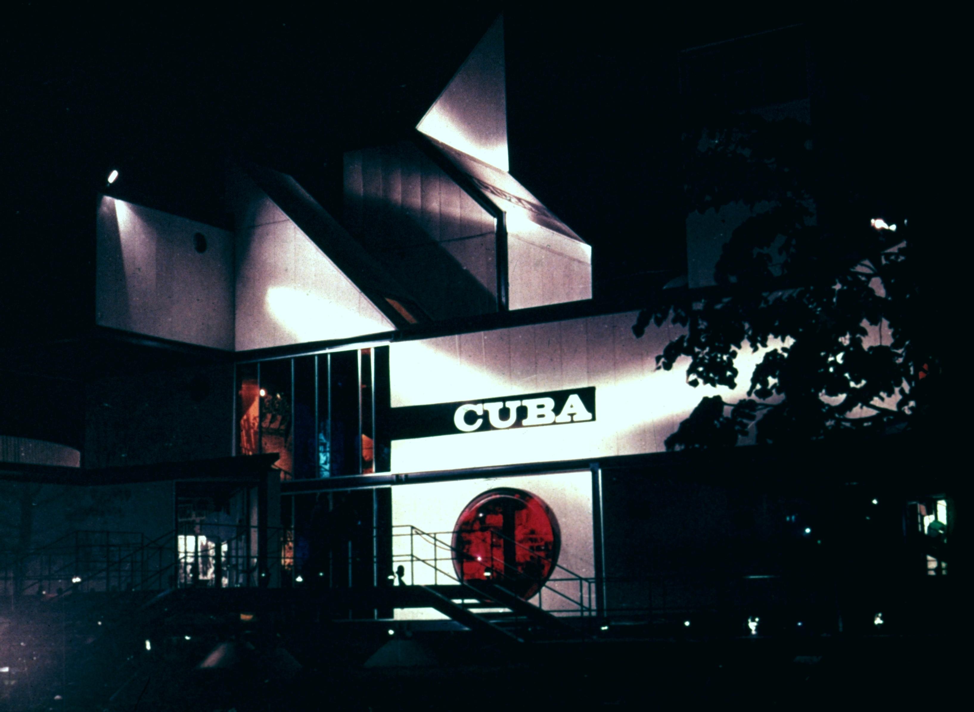 Vue d'ensemble du pavillon cubain, le soir.