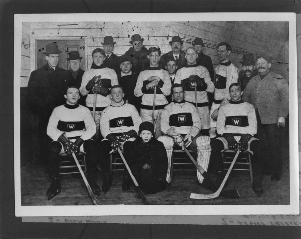 Photo d'équipe des Wanderers de Montréal, évoluant alors au sein de la Ligue fédérale de hockey amateur.