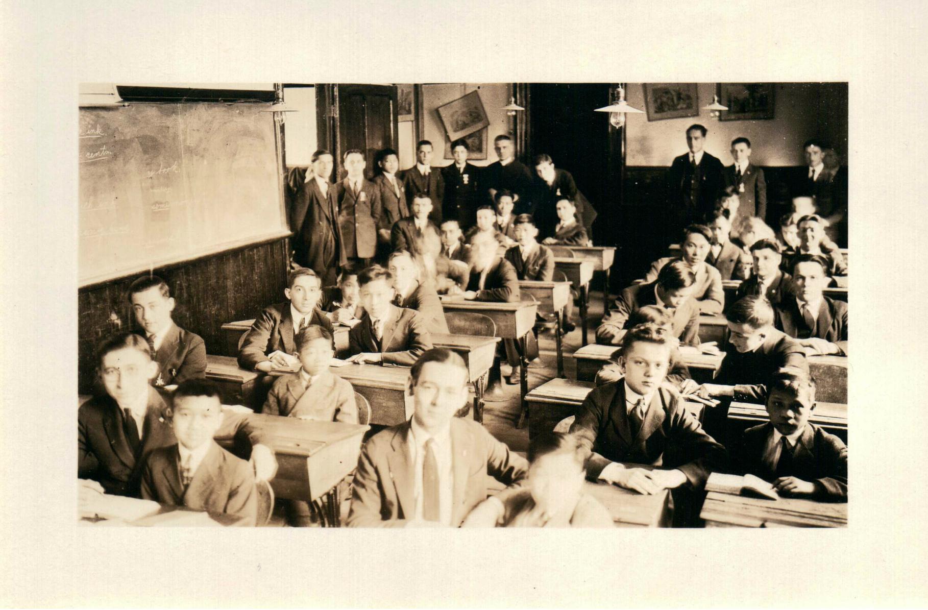 De jeunes étudiants donnent des cours à leurs élèves chinois à l'école du dimanche.
