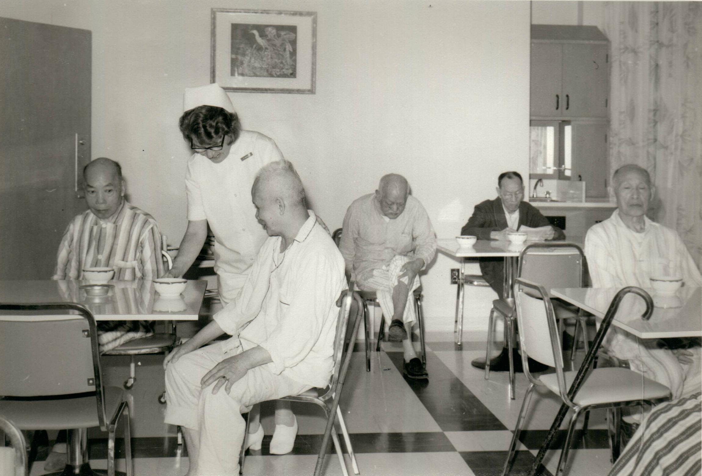 Scène de la cafétéria des malades, au deuxième étage du nouvel hôpital en 1965.