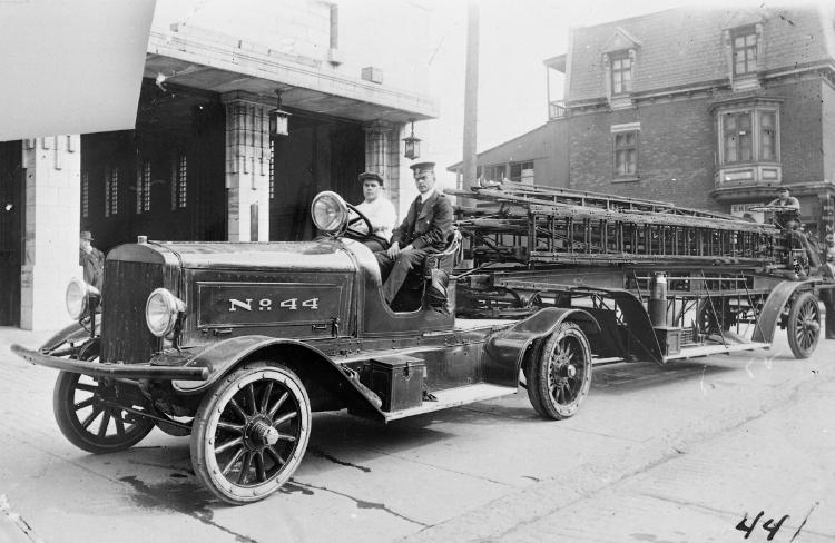 Photographie d'un camion à échelle affichant «No 44» devant la caserne.