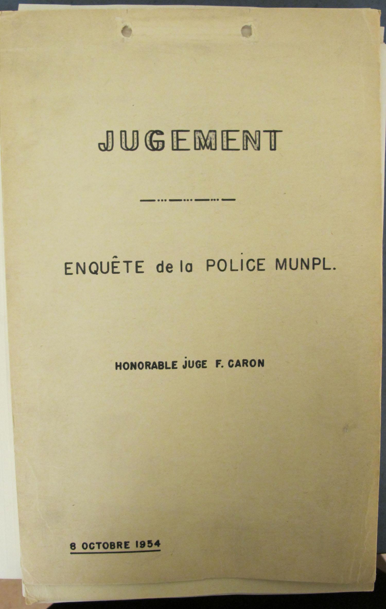 Page couverture d'un document sur laquelle il est inscrit, au centre : « Jugement/Enquête de la police munpl./Honorable Juge F. Caron ». La date du jugement est visible en bas à gauche.