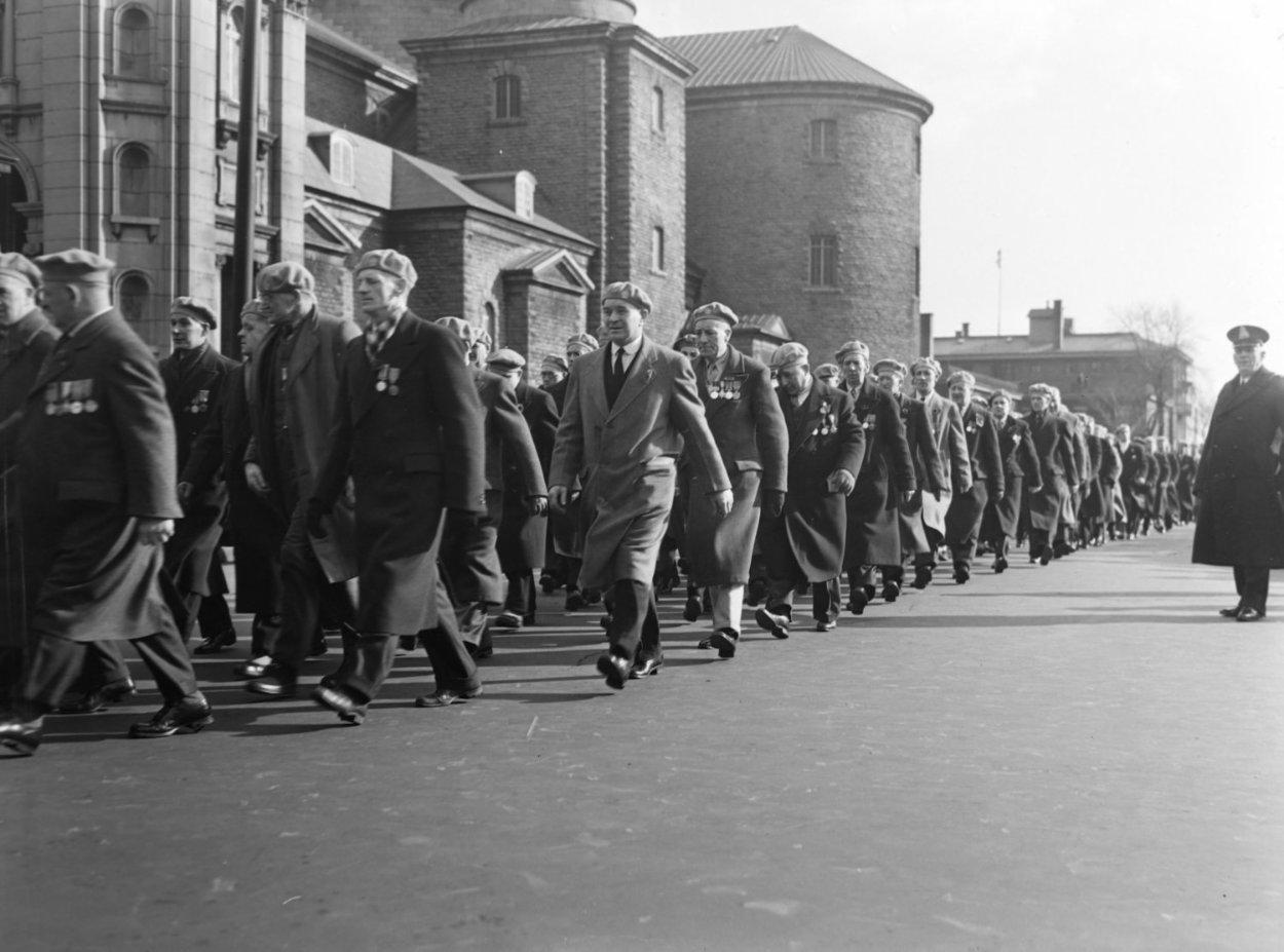 D'anciens militaires défilent dans une rue de Montréal