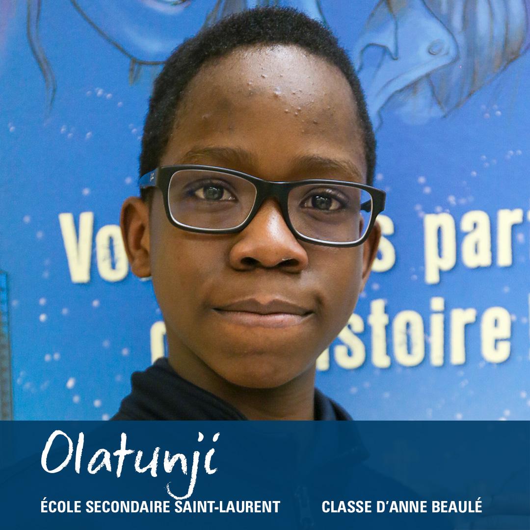 Photo en gros plan du visage d'un élève portant des lunettes.