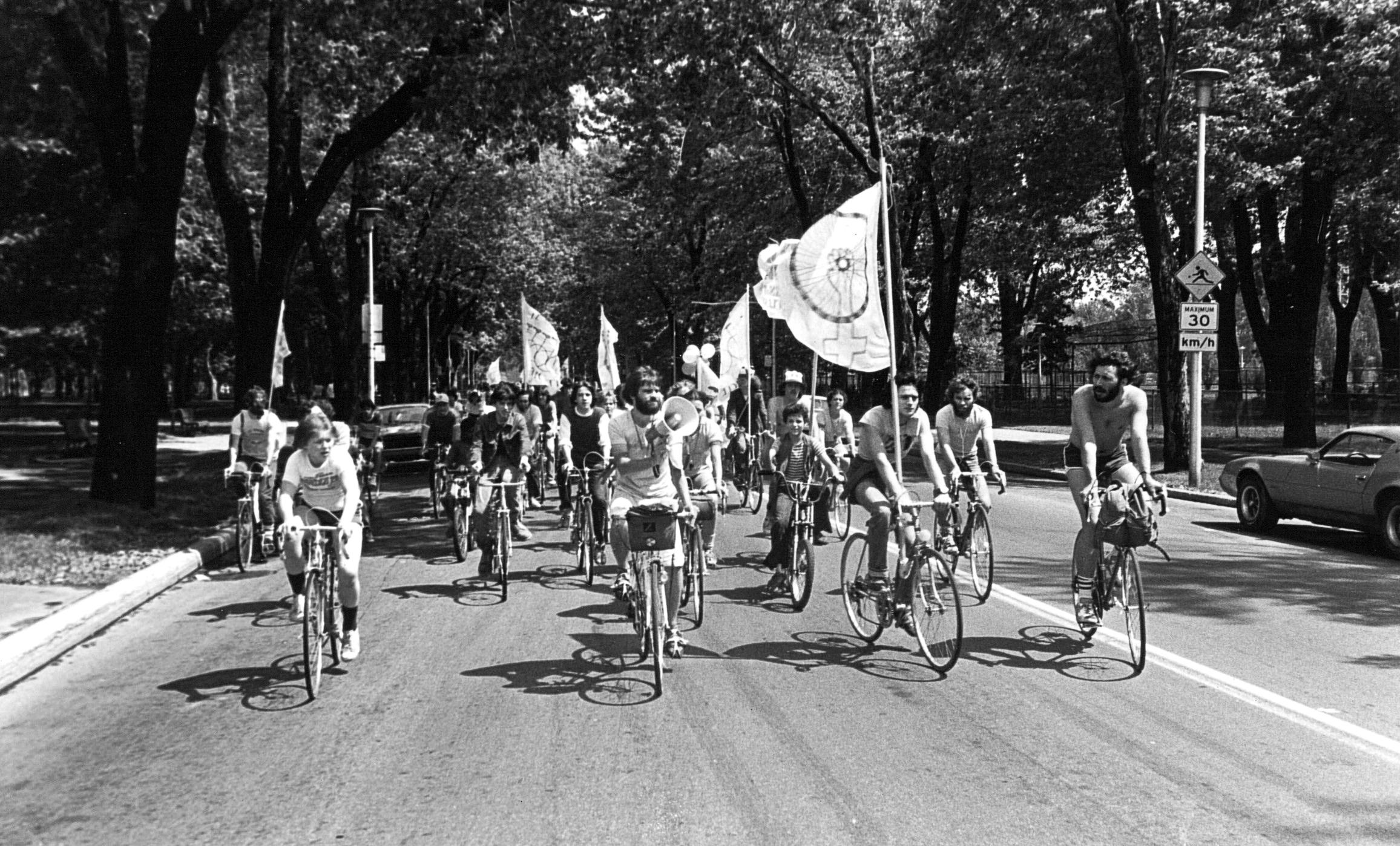Manifestation du Monde à bicyclette passant au parc La Fontaine.