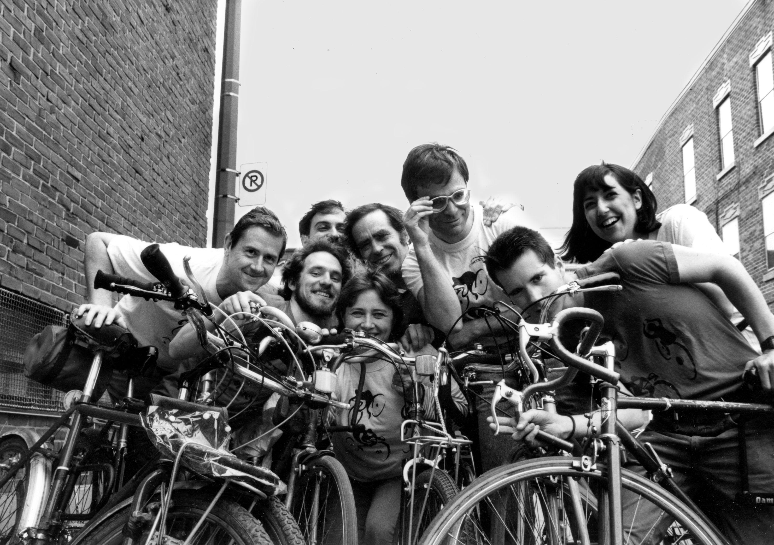 Membres du Monde à bicyclette dont, au centre, Claire Morissette et Robert Silverman