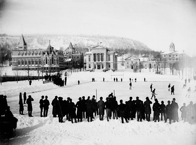 Groupe de personnes jouant au hockey sur la patinoire de l'Université McGill à Montréal en 1884.