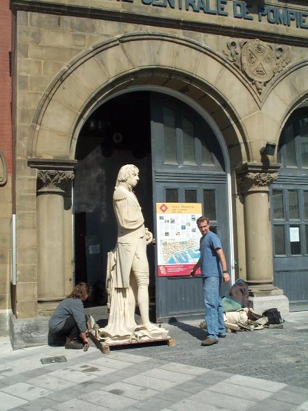 Photographie de la statue en attente devant le musée