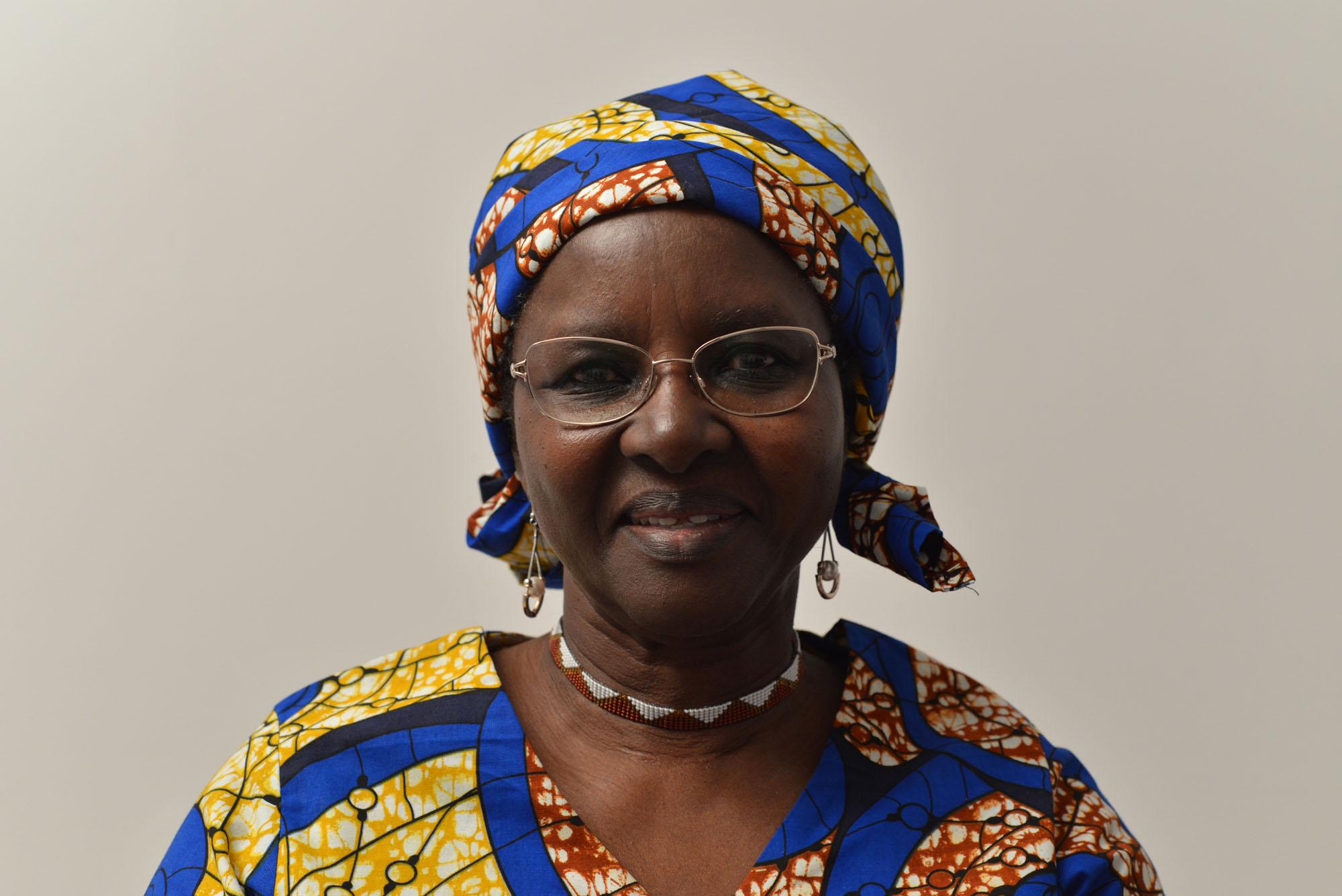 Gros plan sur une femme rwandaise portant un habit tradtionnel