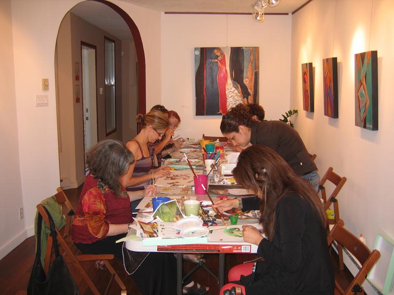 Sept personnes assises en train de peindre