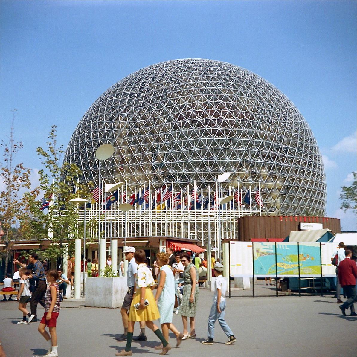 Vue extérieure sur le pavillon des États-Unis avec son environnement et des gens qui se promènent