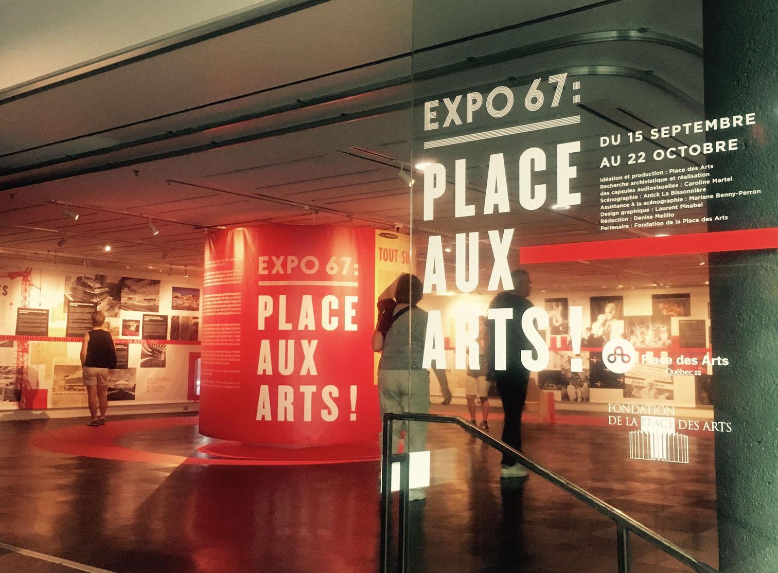 Entrée de l'exposition Expo 67 : Place aux arts! mettant en espace des archives journalistiques, photographiques, audiovisuelles et sonores sur le Festival mondial des arts