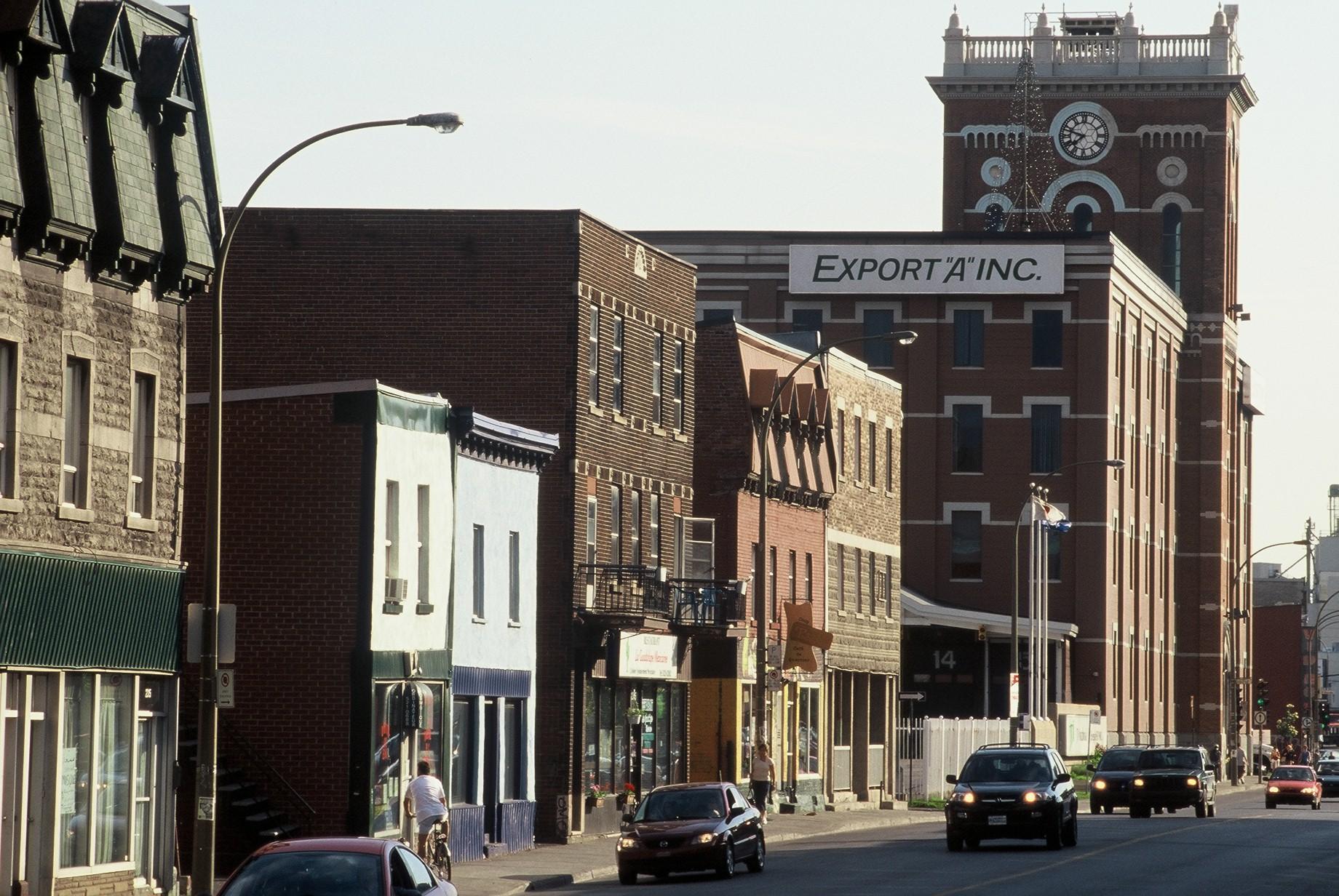 Vue sur la manufacture Macdonald Tobacco et la rue Ontario en 2004.
