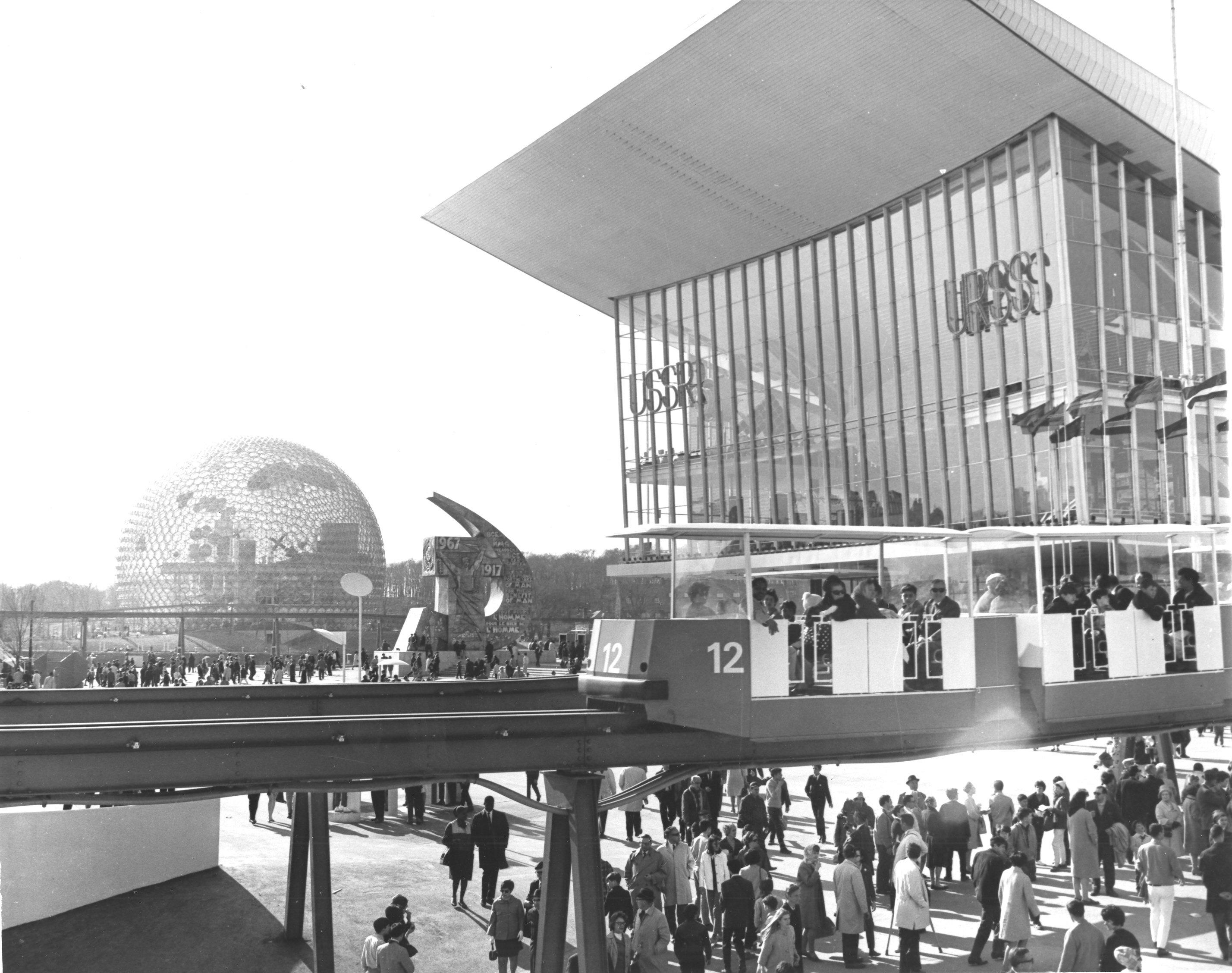 Le monorail devant les pavillons de l'Union Soviétique et des États-Unis