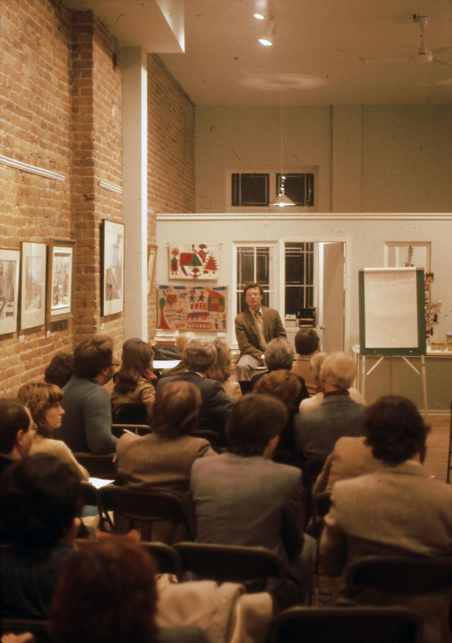 Un homme donne une formation devant une foule assise