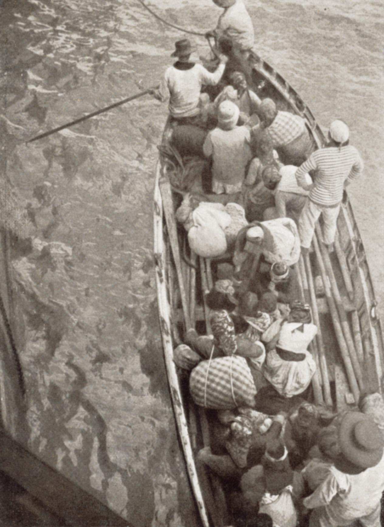 Embarcation chargée de réfugiés accostant le croiseur français L'Illustration