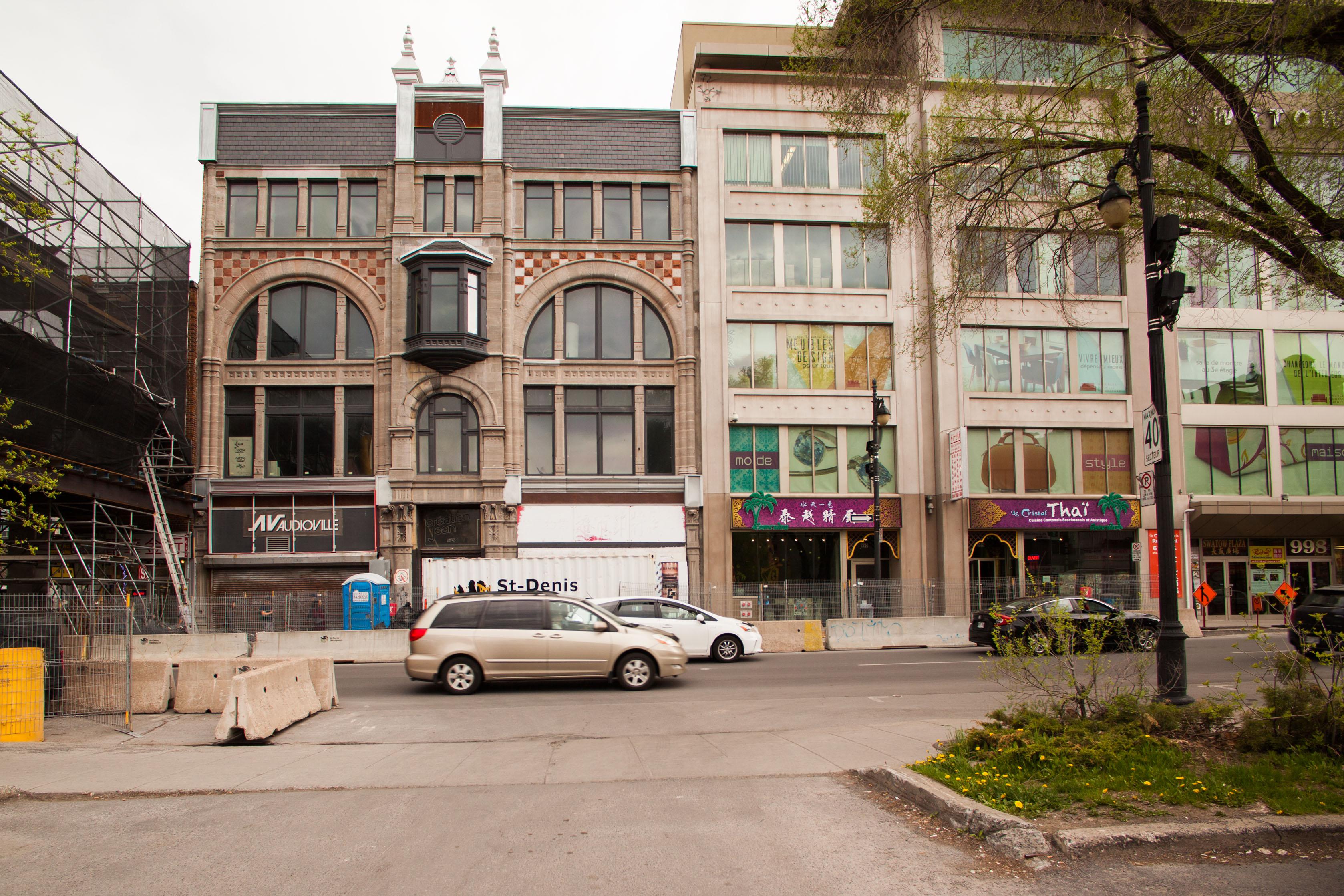 Édifices commerciaux sur le boulevard Saint-Laurent au nord de Viger.