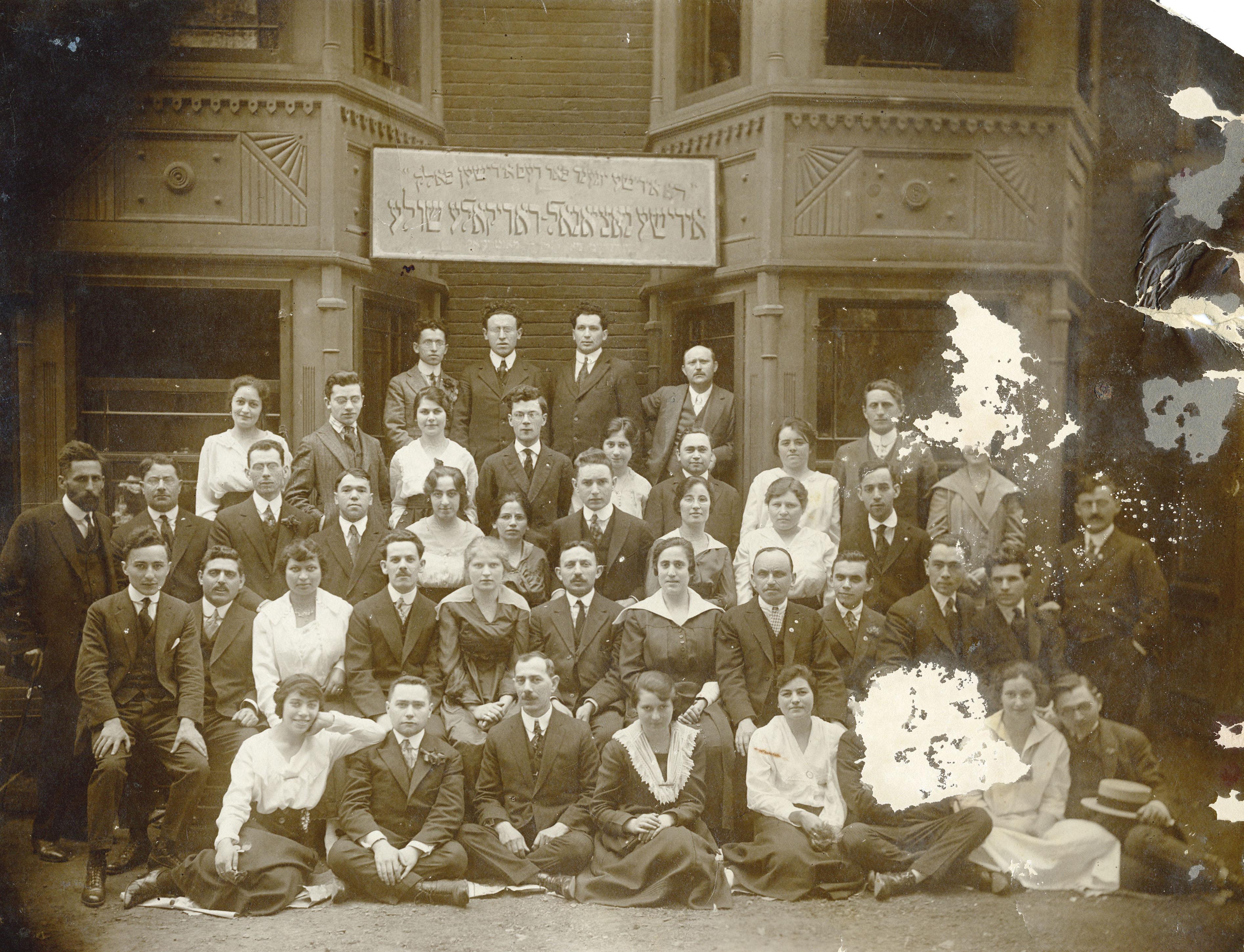 Groupe d'élèves devant l'école Peretz.