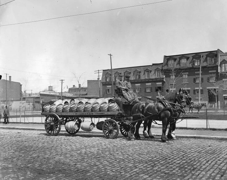Livreurs de bière de la brasserie Molson au début du XXe siècle.