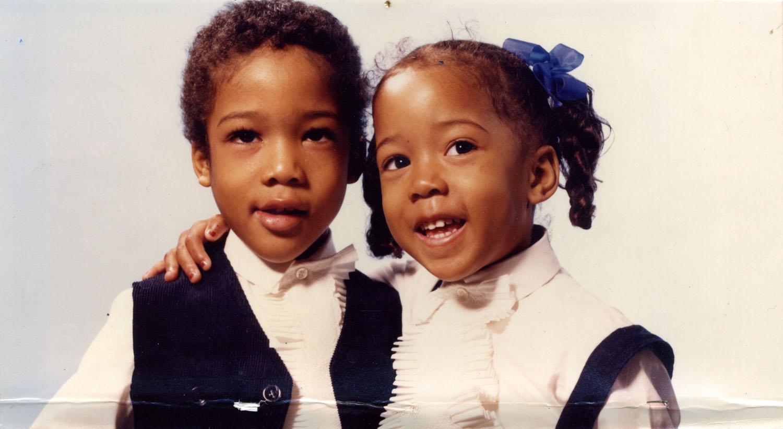 Deux enfants de 2 et 4 ans