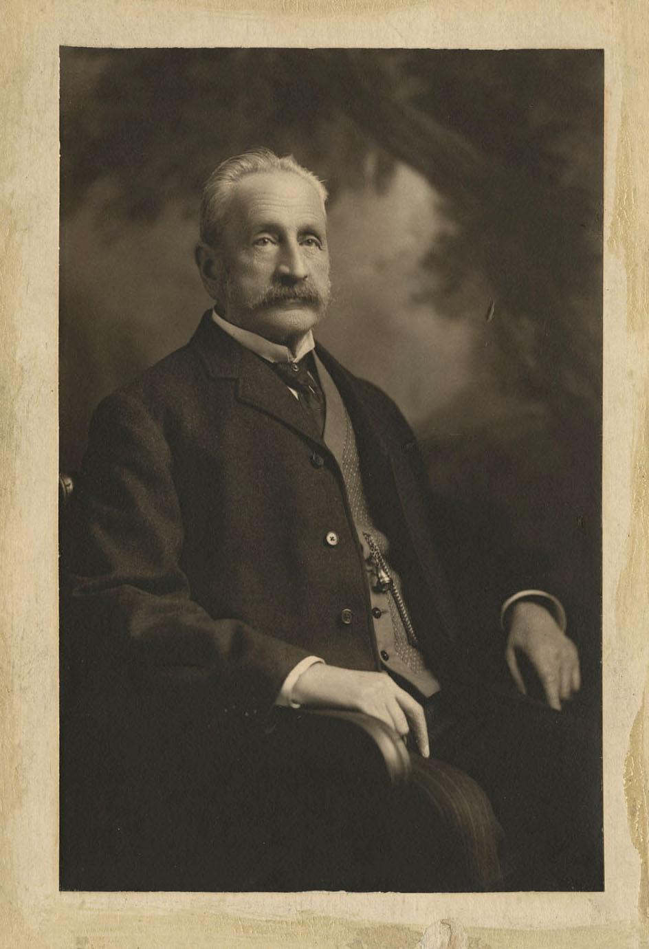 Photo d'un homme d'âge mûr portant une moustache.