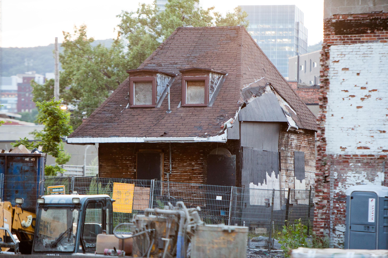Vue actuelle d'une petite maison abandonnée.