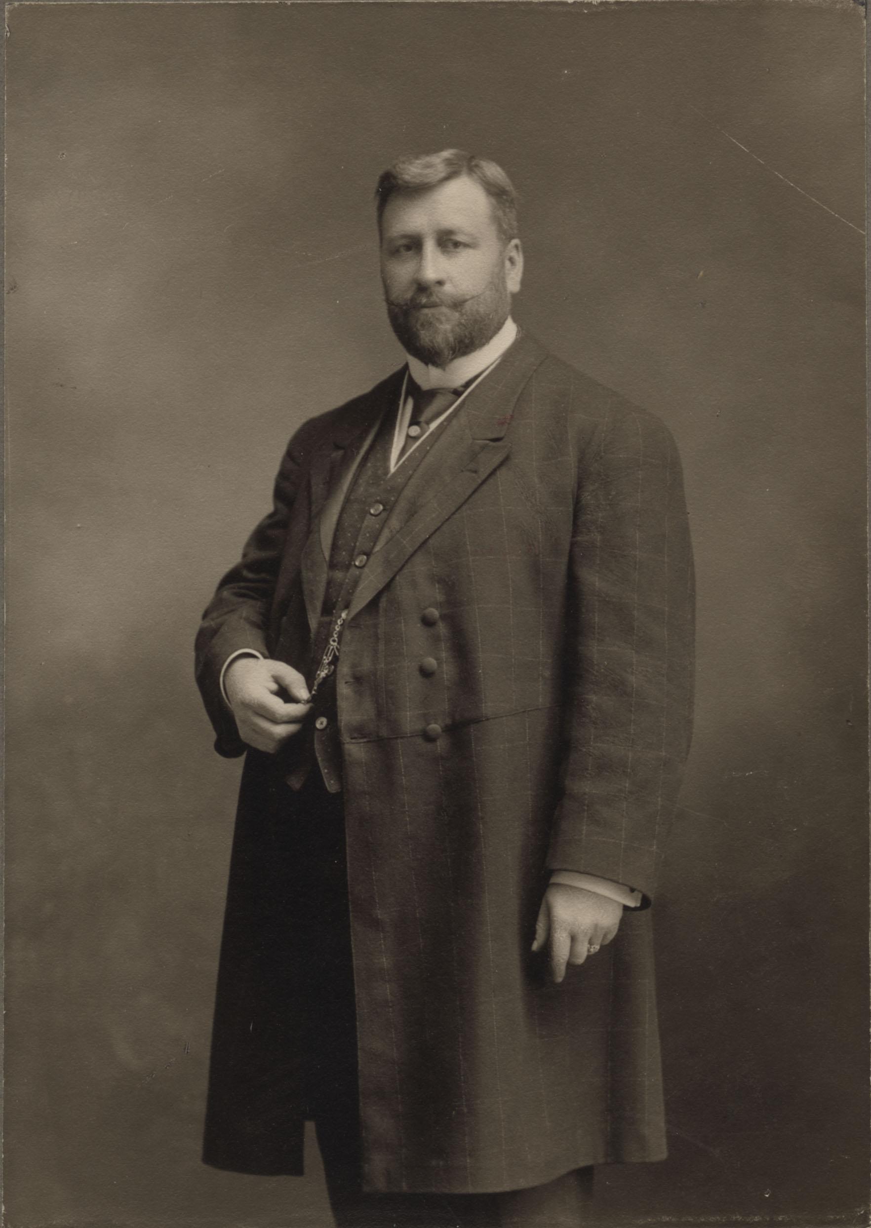 Portrait pied d'Ucal-Henri Dandurand
