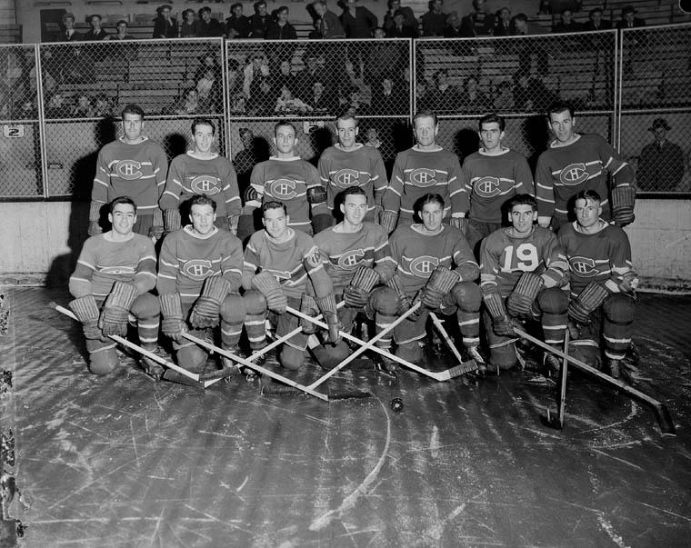 Photo de groupe de l'équipe des Canadiens, au nombre de 14. Maurice Richard est situé dans la rangée du fond (deuxième à droite).